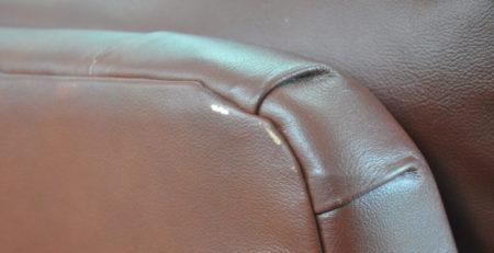 rysy na kanapie skórzanej
