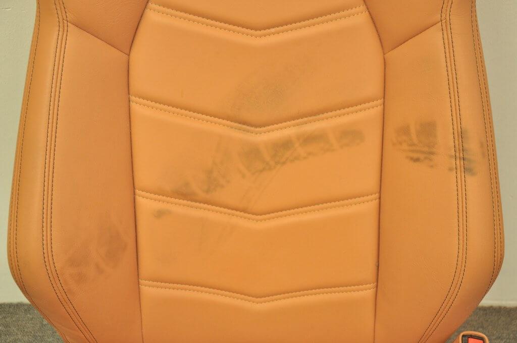 Ślady z opon na skórze samochodowej
